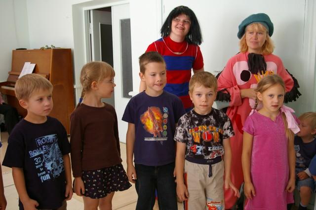 Rõõmsad Krõll ja Sipsik mõnede Kuninga Kooli lastega